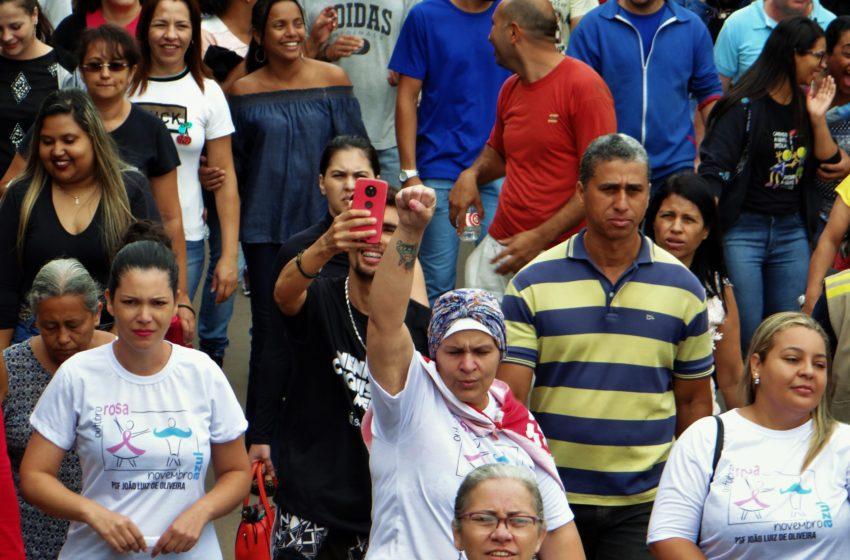 Durante protesto, servidores de Anápolis exibem promessa não cumprida pelo prefeito