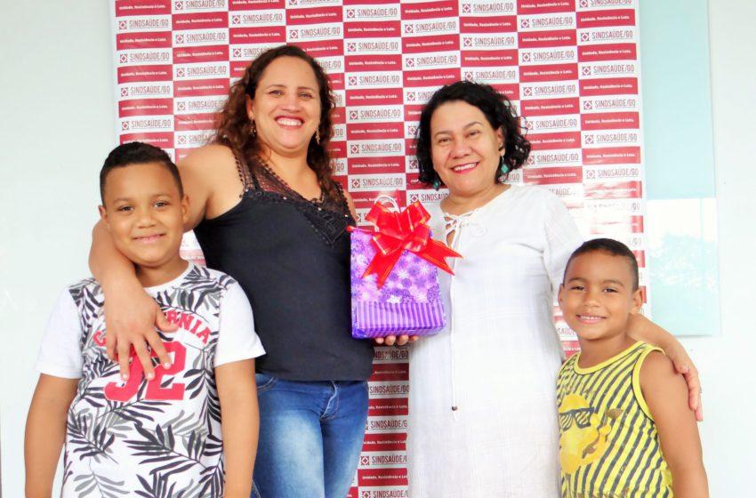 Ganhadora retira prêmio na sede do Sindsaúde