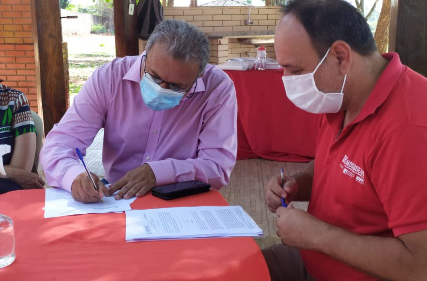 Candidato Elias Vaz assina termo de compromisso com a Saúde