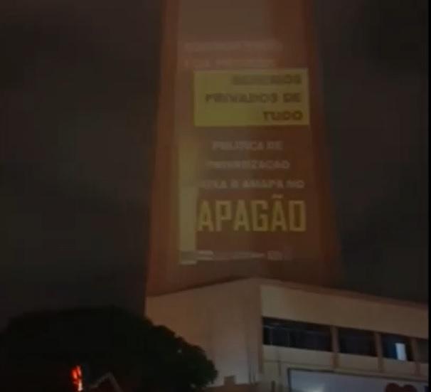 PROTESTO: entidades projetam mensagens em prédio no centro de Goiânia