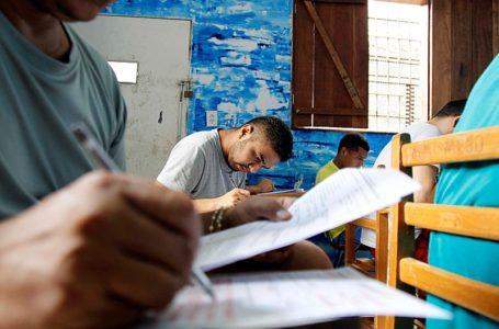 Cerca de 754 detentos participaram hoje (12) do primeiro dia de provas do Enem para Pessoas Privadas de Liberdade (PPL) 2017, no Pará. O exame começou as 13h pelo horário de Brasília. Em todo o Brasil, mais de 30 mil pessoas privadas de liberdade farão as provas hoje (12) e amanhã (13), em mais de mil centros de detenção do país de 577 municípios. O Centro de Recuperação do Coqueiro (CRC), em Belém, e o Centro de Recuperação Mariano Antunes (CRAMA), em Marabá, foram as unidades prisionais do Estado que tiveram o maior número de inscritos, com 51 e 75 candidatos, respectivamente. Mais de 100 presos custodiados em centrais de triagem no Pará também participaram do Enem PPL 2017. Na foto, internos da Central de Triagem Metropolitana III (CTM III).  FOTO: AKIRA ONUMA / ASCOM SUSIPE DATA: 12.12.2017 BELÉM – PARÁ