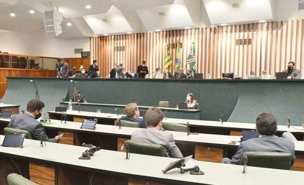 Deputados goianos aprovam mais um golpe contra o servidor público
